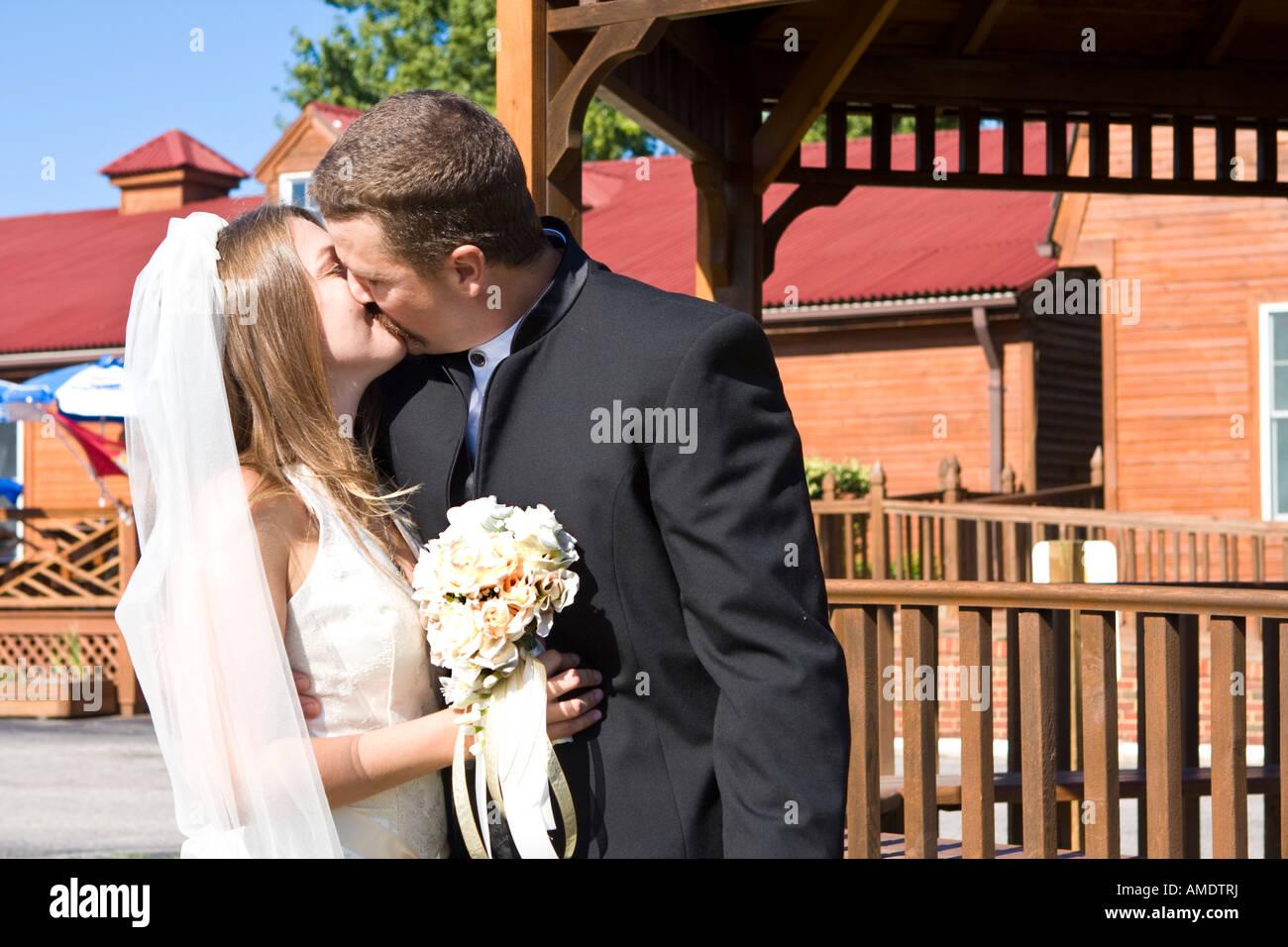 Brautpaar teilen sich ein leidenschaftlicher Kuss. Stockbild