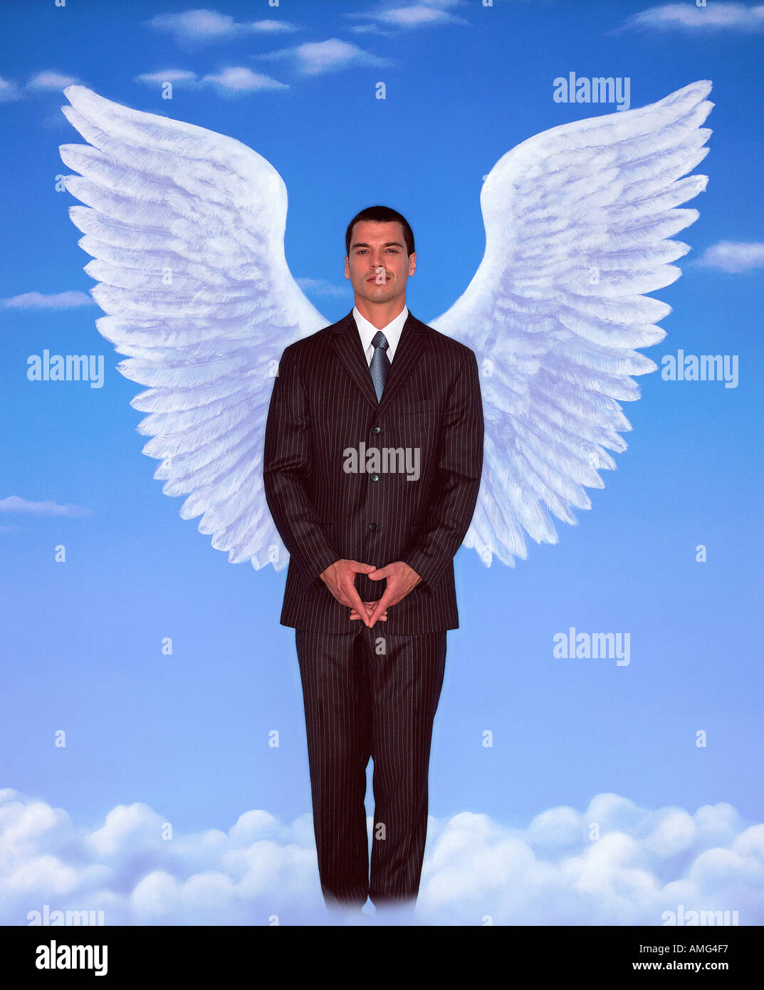 Ein Porträt des jungen Mann in einem Business-Anzug und Flügel gegen blauen Himmel Stockbild