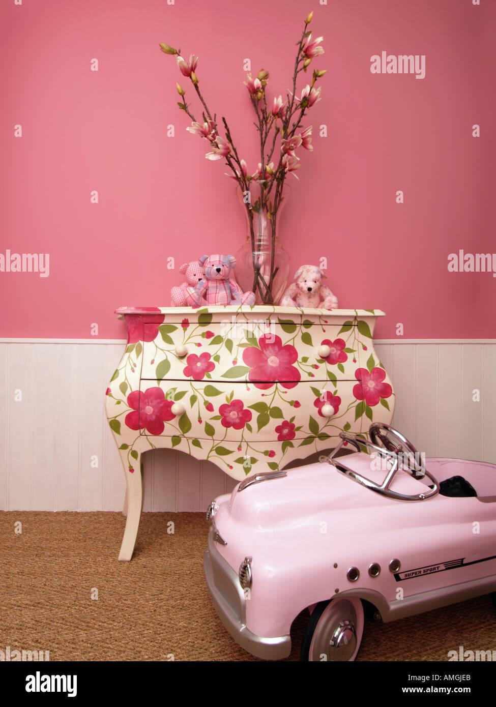 Latest Kinder Mdchen Zimmer Dekoideen Mit Blumen Teddybren Bemalte Mbel Und  Rosa With Deko Ideen Rosa