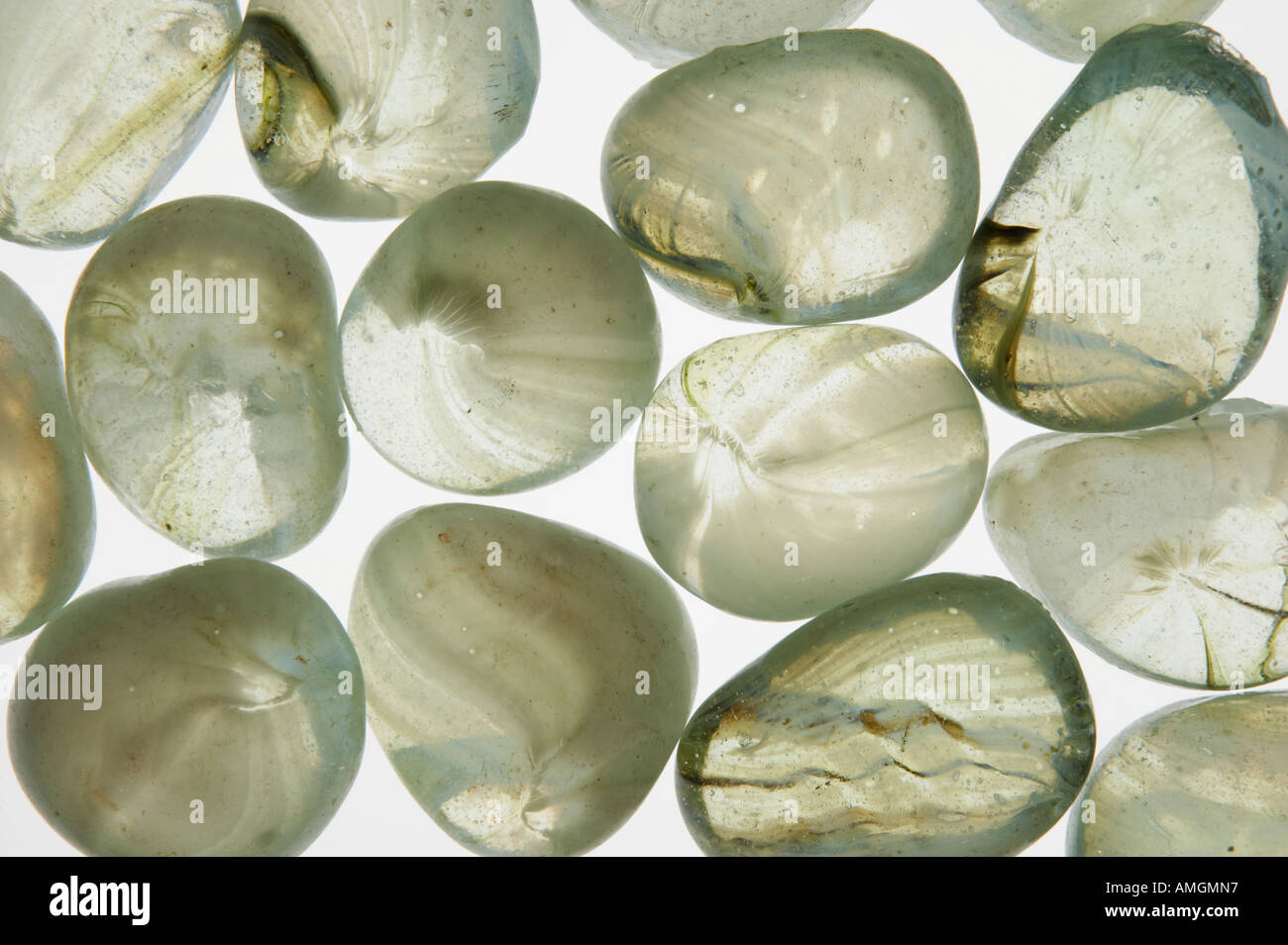 LICHT DURCH TRANSPARENTE GLAS-PEBBLES Stockbild