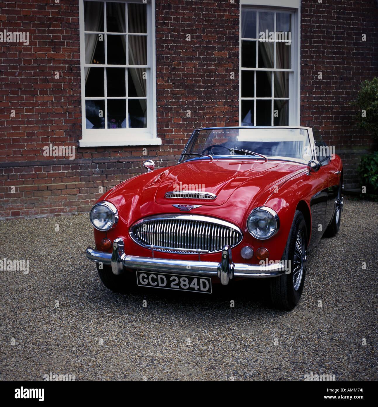 ein roter Sportwagen der Austin-Healey Stockbild