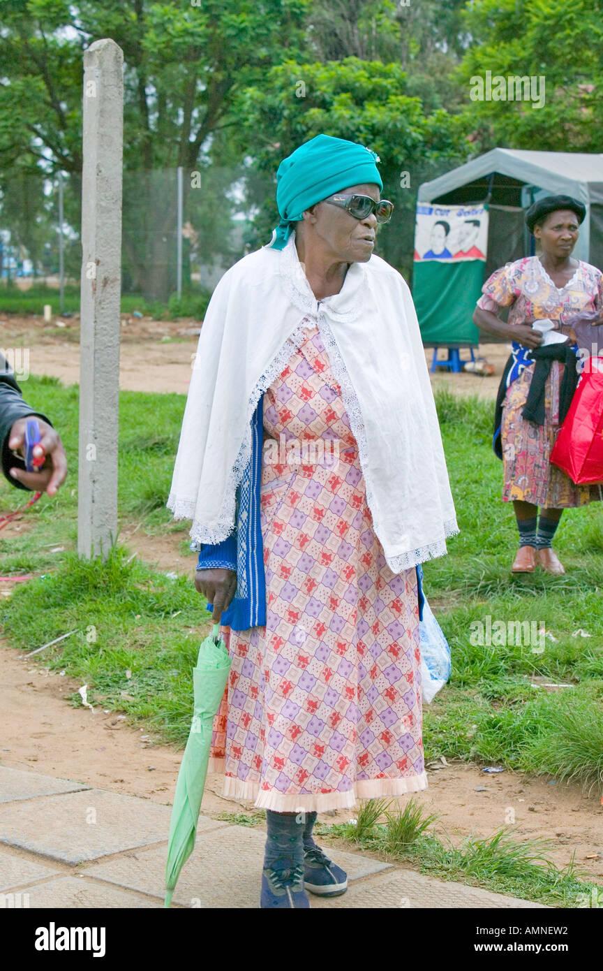 Schwarze Frau Mit Grunem Schirm Spaziergang Durch Zulu Dorf In