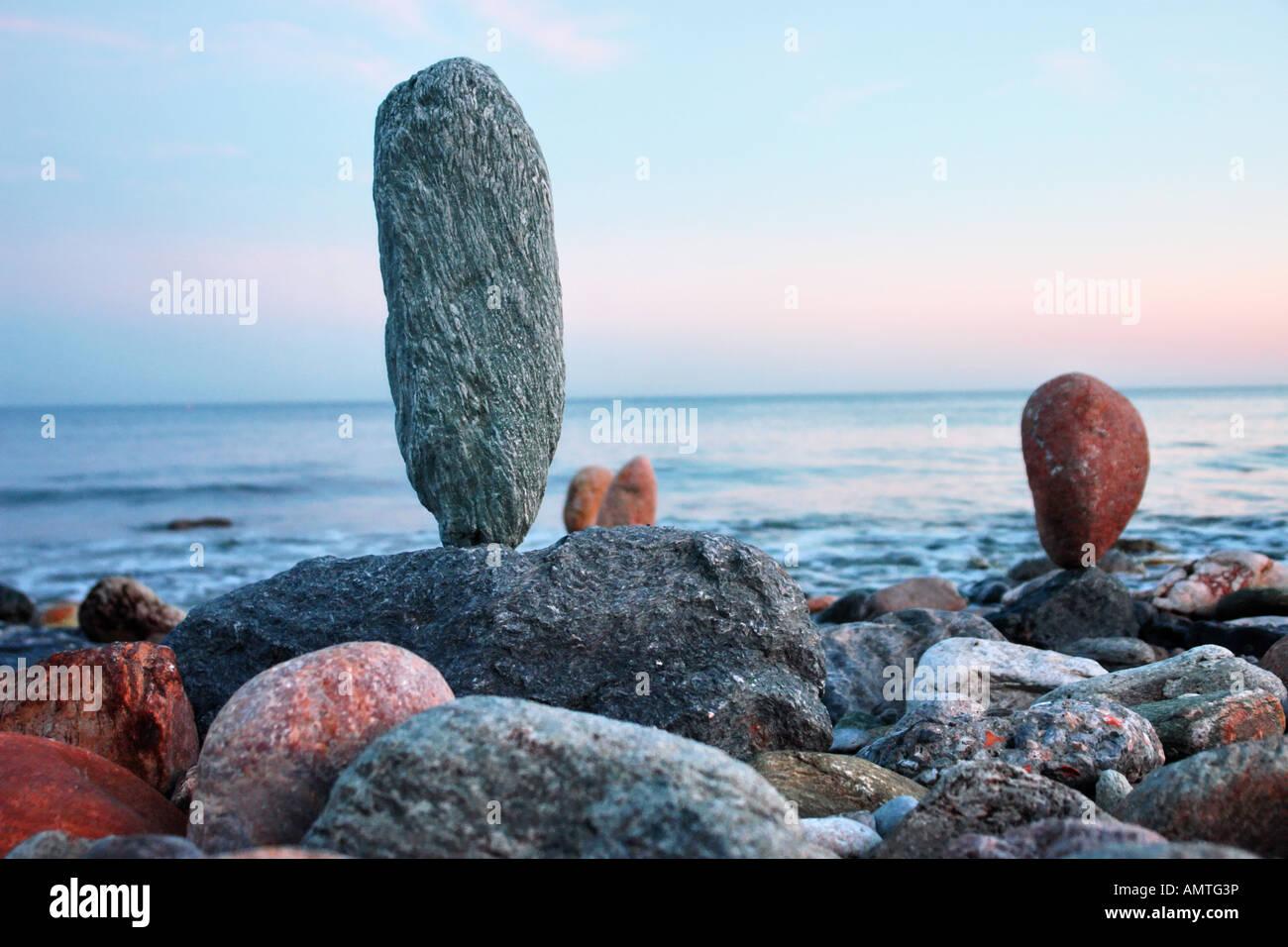 Foto des Steins im Gleichgewicht am Strand Stockfoto