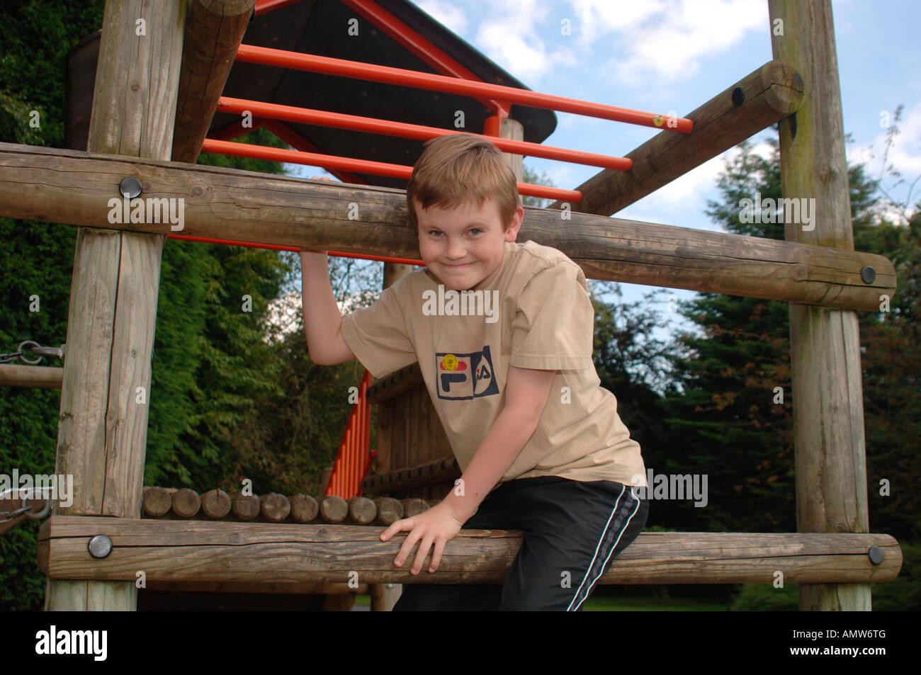 Kletterdreieck Ab Welchem Alter : Ein jahre alter junge sitzt auf einem holzbalken ist teil
