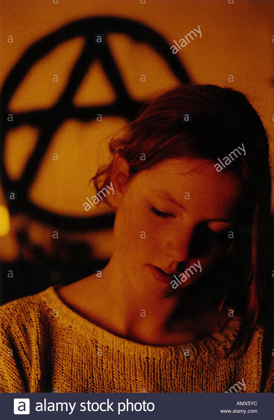 Verträumte Mädchen gegen eine okkulten Zeichen Stockbild