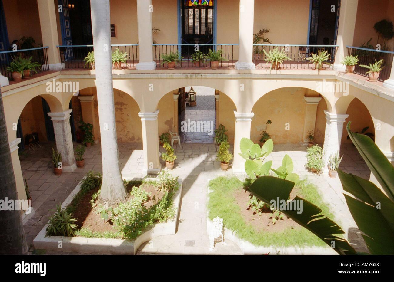 Spanischer Innenhof innenhof des alten spanischen haus in havanna kuba stockfoto bild