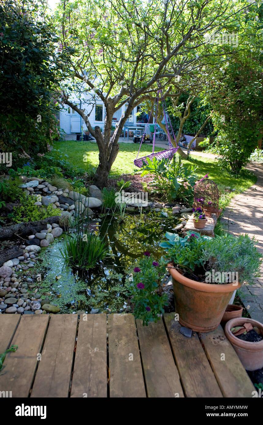 Hausgarten Mit Terrasse Terrasse Teich Und Gewundenen Pfad