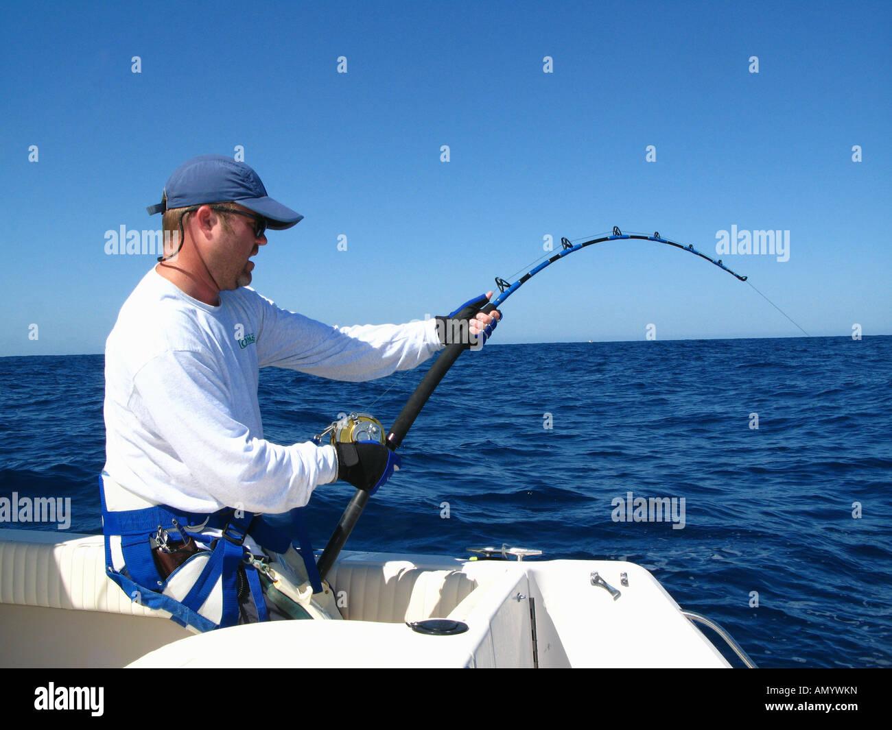 Mann, Fischen für Thunfisch aus Boot in Puerto Vallarta, Mexiko Stockbild