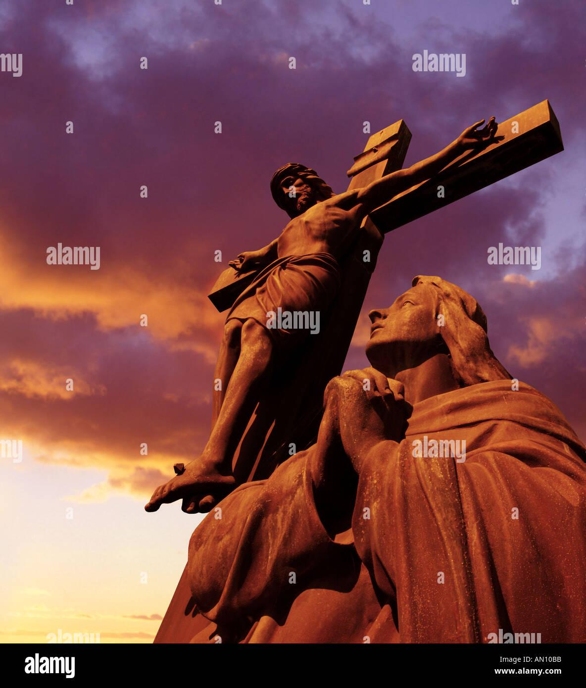 Statue von Jesus Christus am Kreuz bei Sonnenuntergang Stockbild