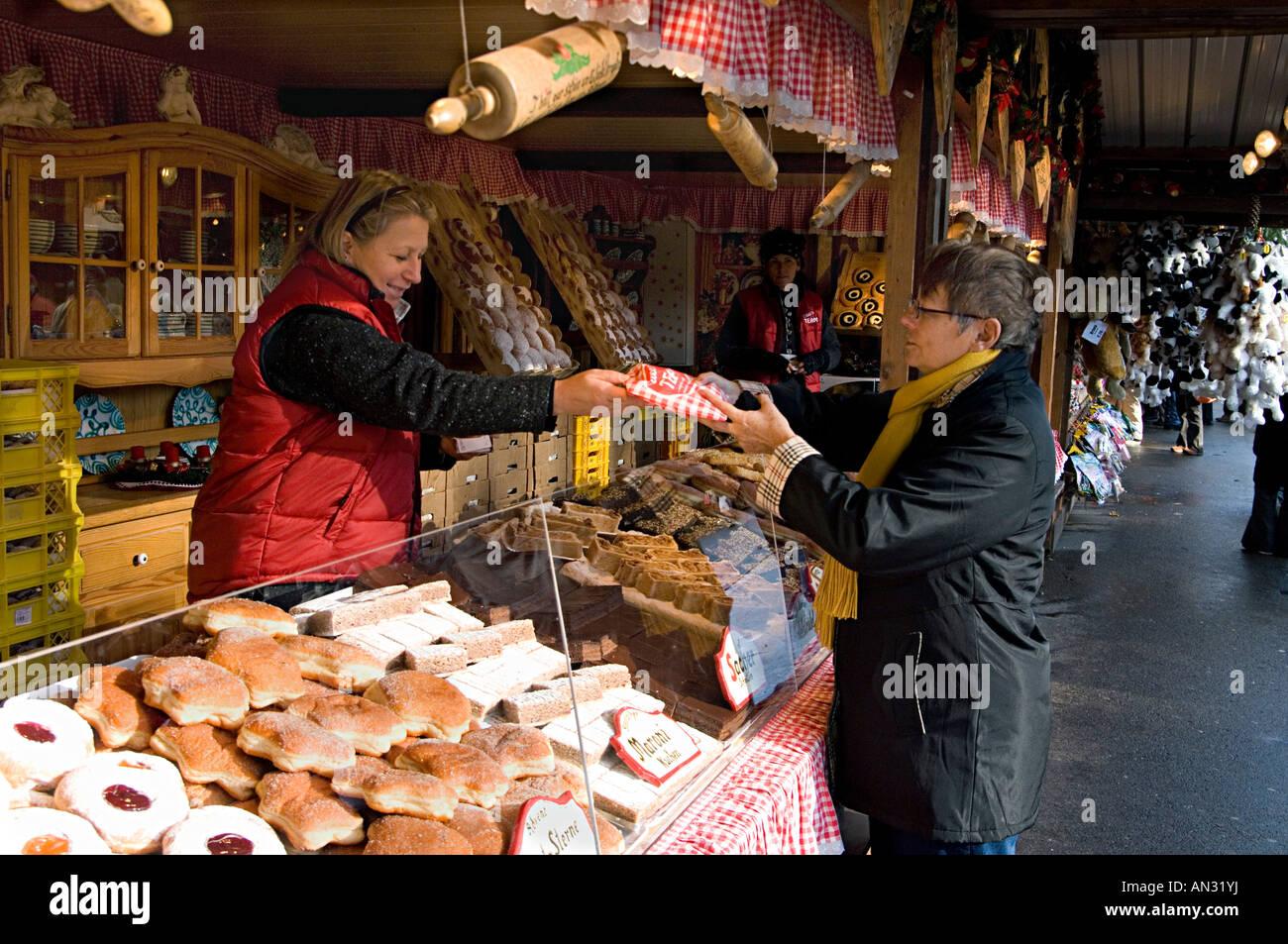 Brot Und Kuchen Stand Auf Dem Weihnachtsmarkt Am Rathaus Rathaus