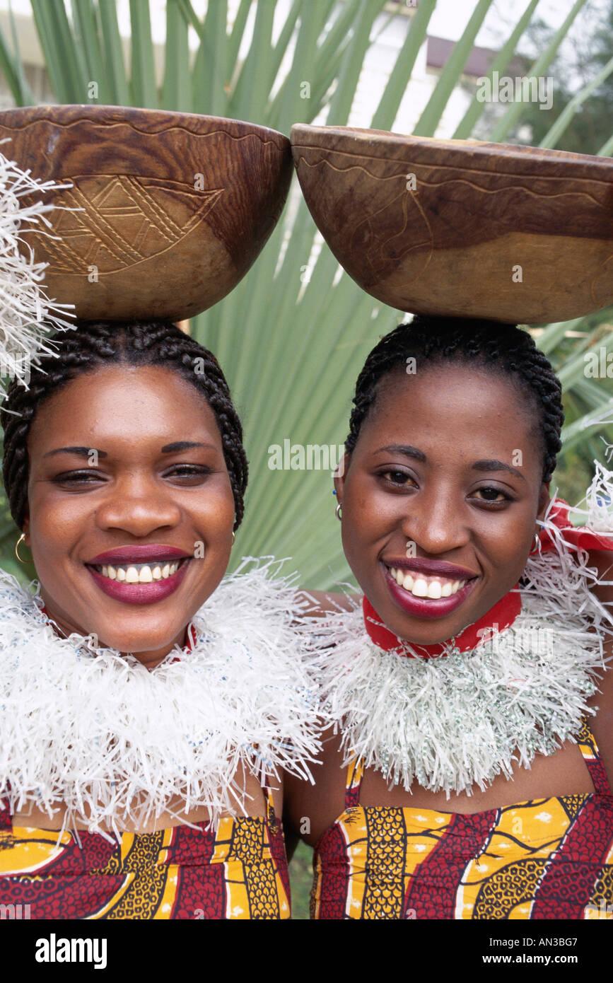 Afrikanische Frauen, die Kürbisse auf Kopf, Banjul, Gambia