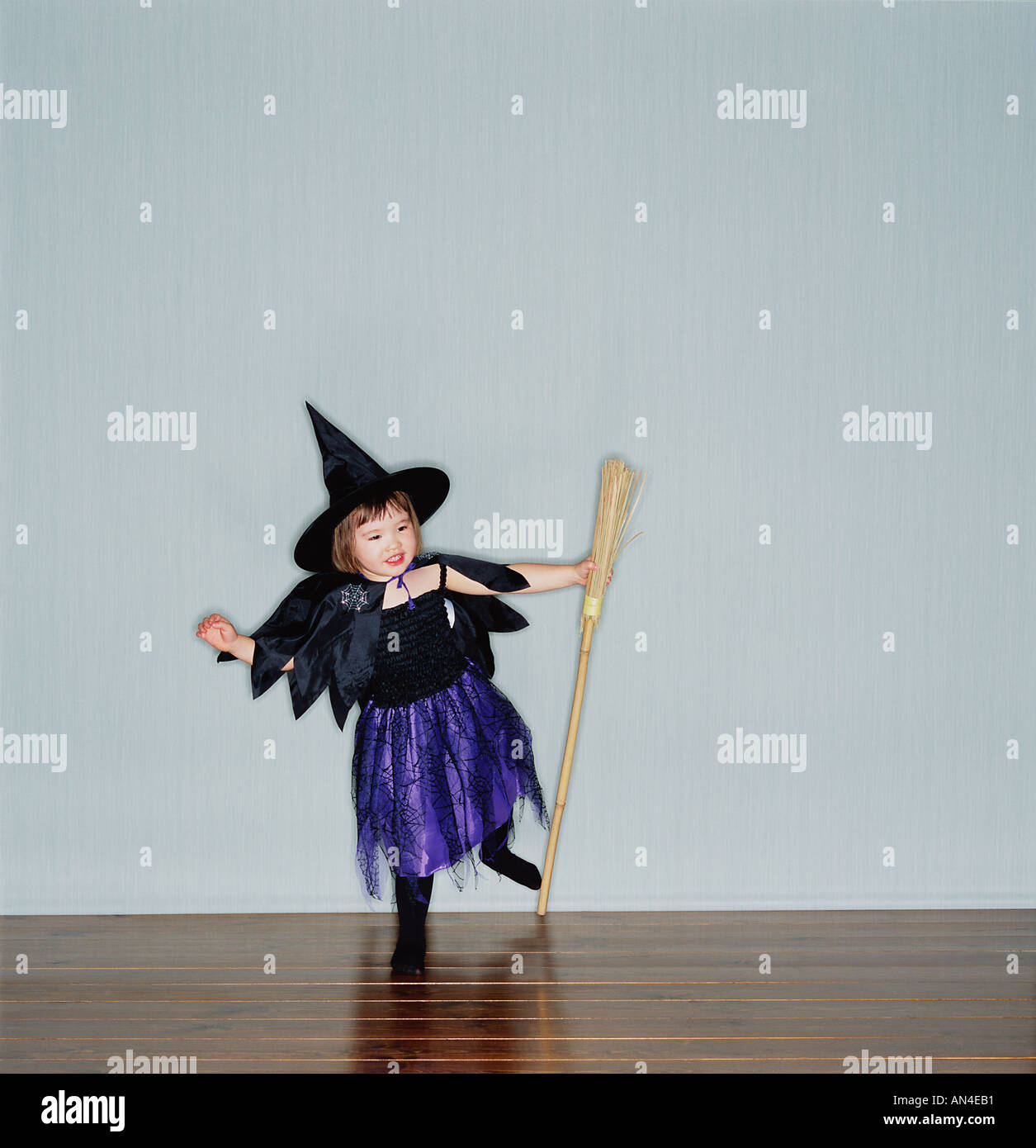 KIND IN WITCHS OUTFIT Stockbild