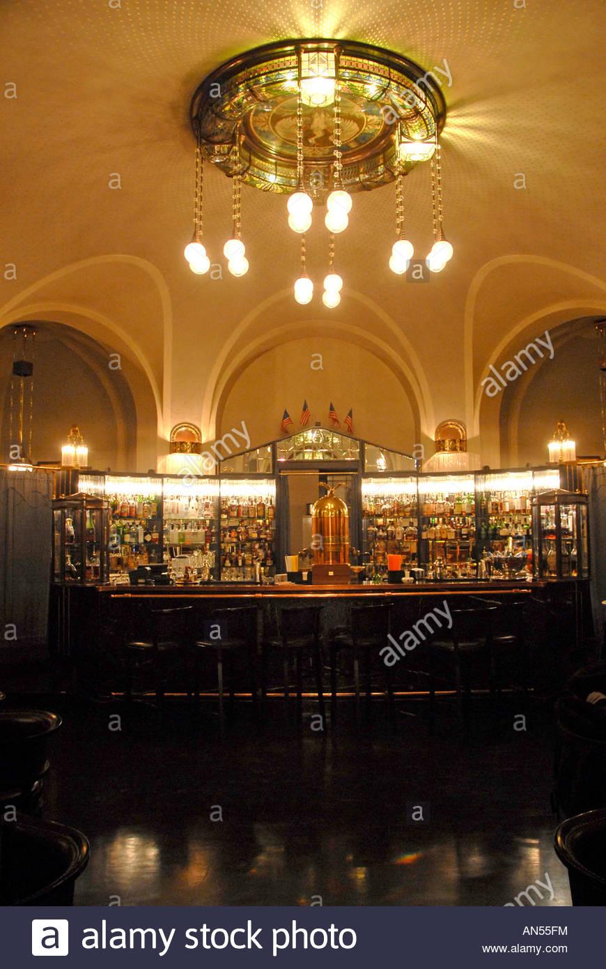 Die American Bar in Obecni Dum Gemeindehaus ein marodes Gebäude, in ...