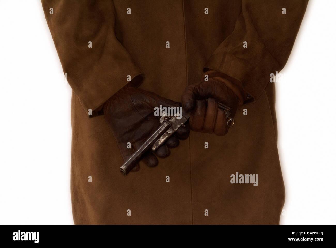 Person trägt einen Leder Mantel versteckt eine Waffe auf dem Rücken Stockbild