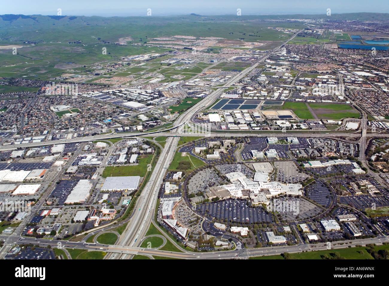 Tri Valley Alameda county I-580 Luftbild zum Osten Dublin und Pleasanton Stoneridge Shopping Center im Vordergrund Stockbild