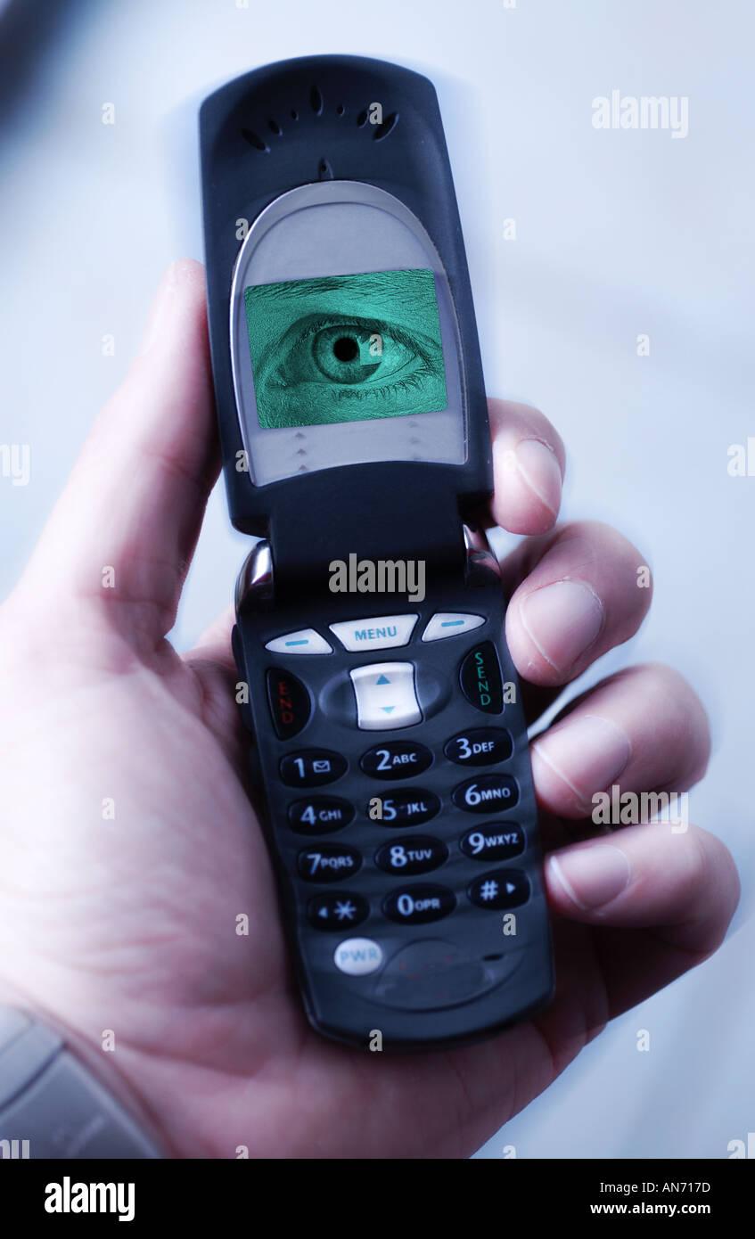 großer Bruder Konzept Kamera Telefon Digital Handy mit Auge und Hand auf der Suche Stockbild