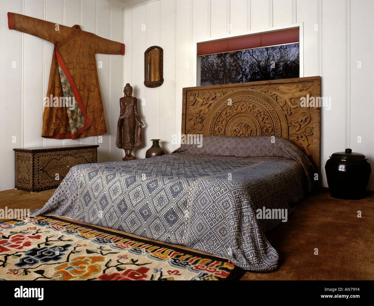 Schlafzimmer Mit Asiatischen Motiv Antiken Tibetischen Silk Robe Teppich  Thai Geschnitzten Hölzernen Bett Stück Indische Truhe Laquer