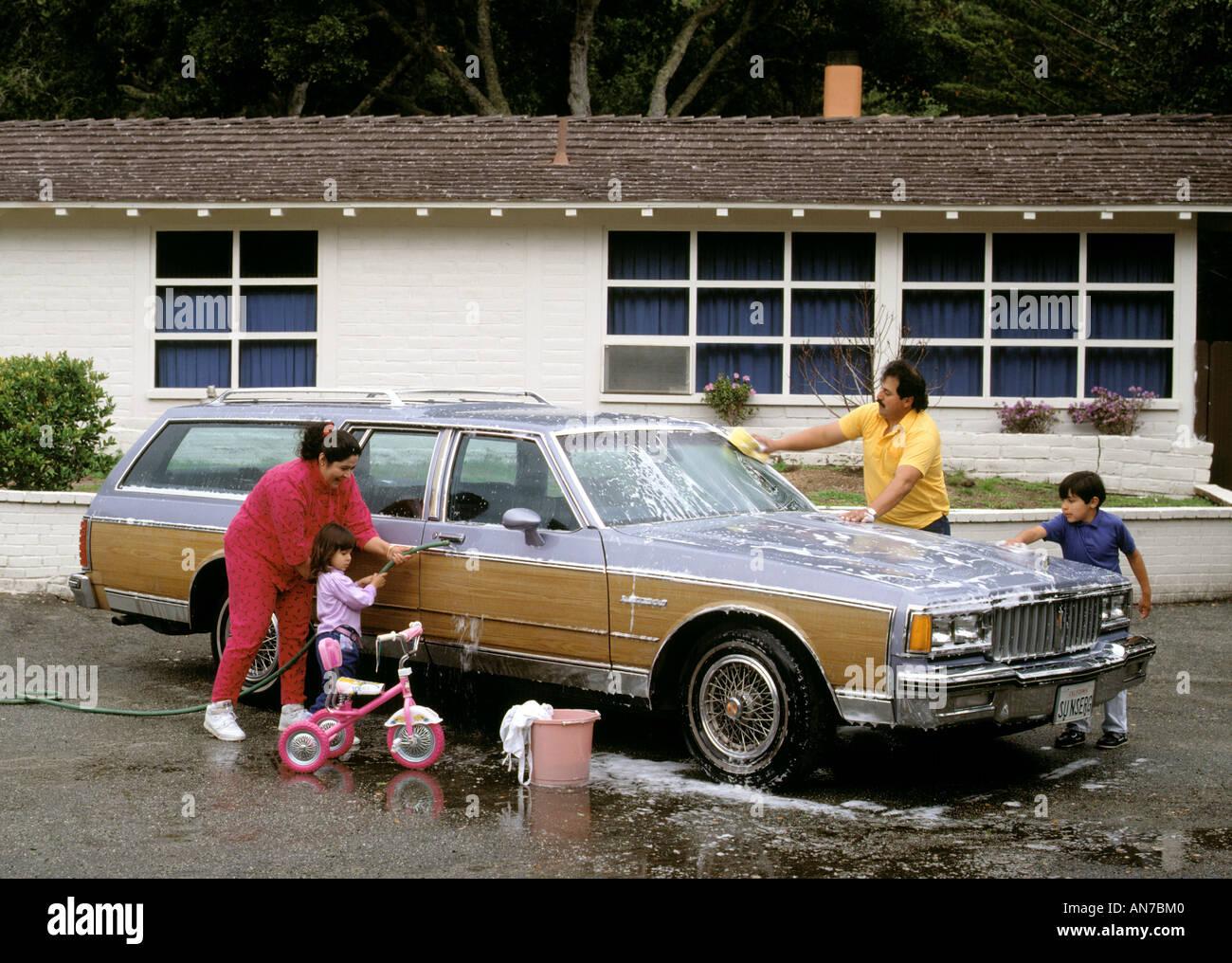 Boy Helping Father Washing Car Stockfotos & Boy Helping