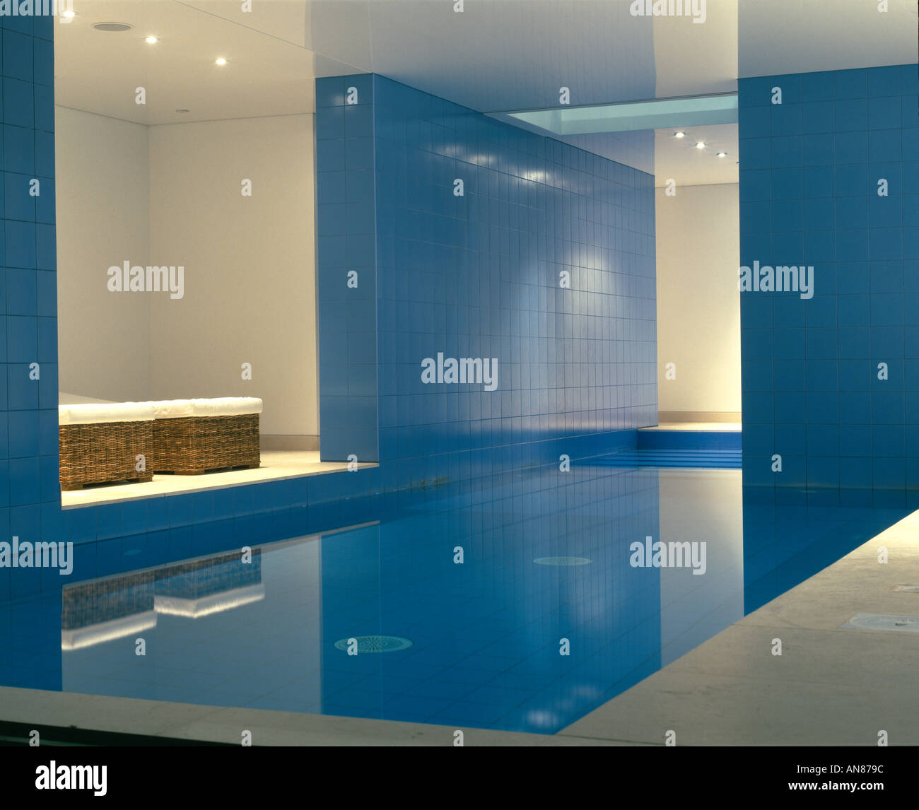 Modernes Haus mit Keller Pool, Hampstead - Innen - Swimmingpool ...