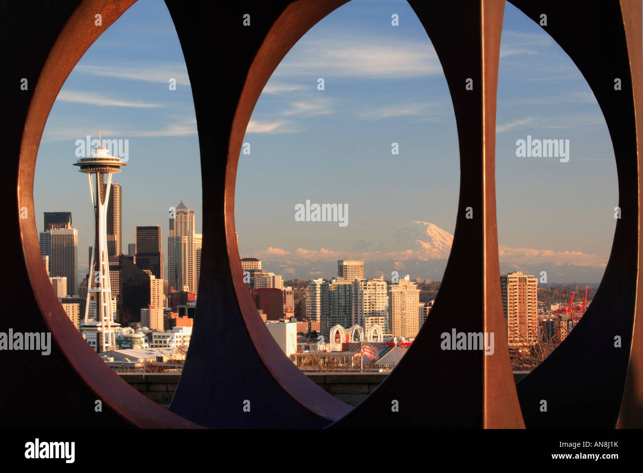 Seattle durch abstrakte Skulptur in Kerry Park gesehen Stockfoto