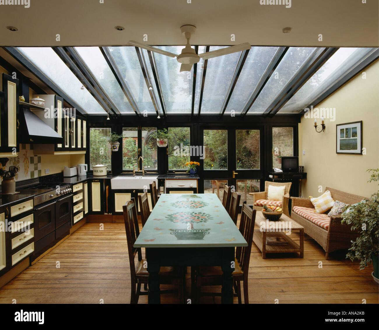 Dekorativ Bemalt Tisch Und Bequemen Sofa In Moderne Offene Kuche Esszimmer Erweiterung Mit Glasdach Stockfotografie Alamy