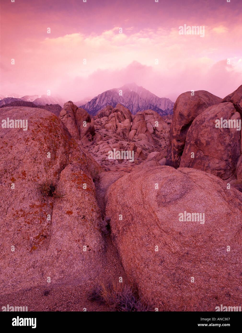 M00314M TIFF-Alabama Hills und Lone Pine Peak mit Gewitterwolken und Morgen Licht California Stockbild