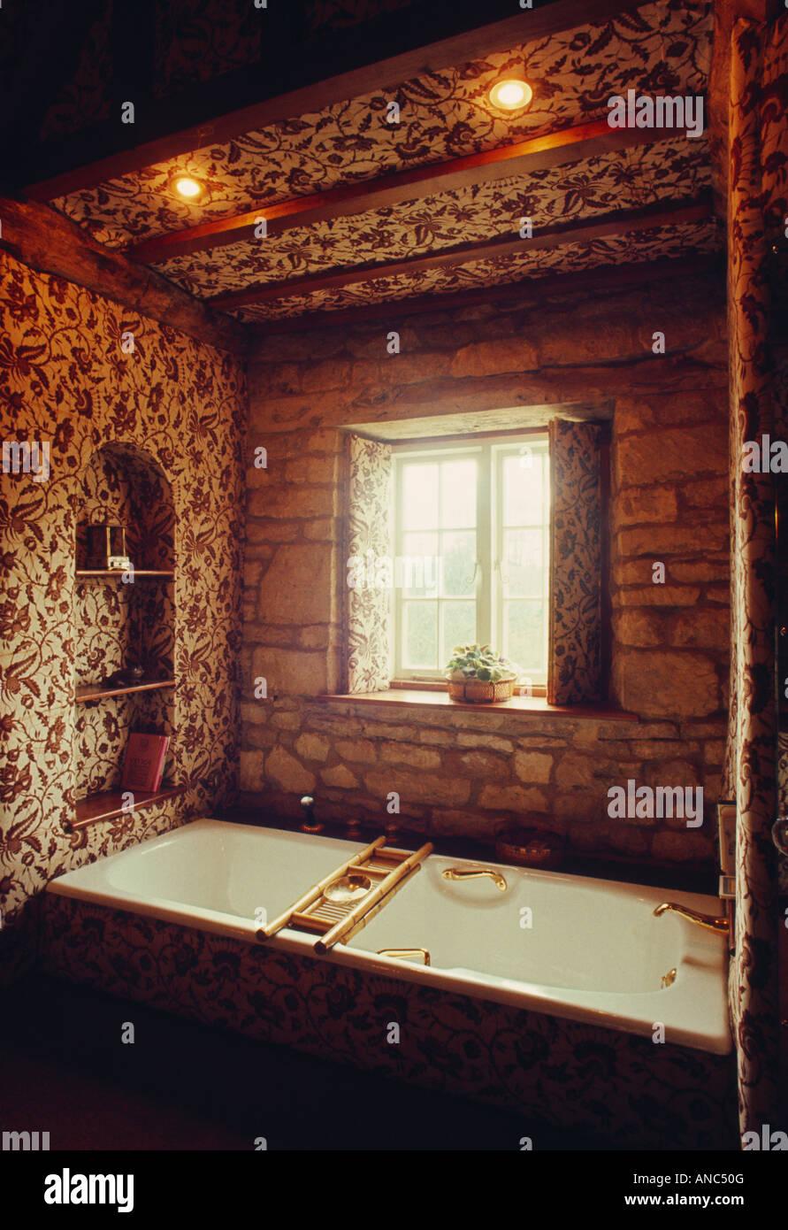 Bad Unter Fenster Und Strahler 70er Jahre Badezimmer Mit Braun Weiss