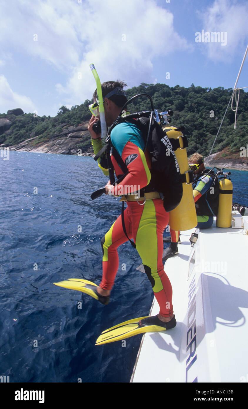 Taucher machen einen großen Schritt, der im Wasser in THailand auf einer Yacht in den Similan Islands National park Stockfoto