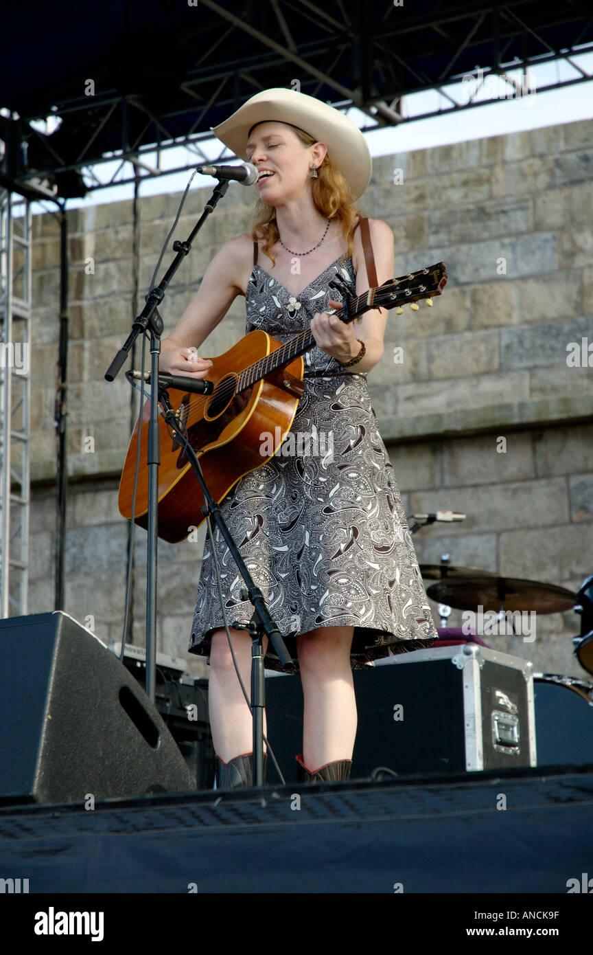 Gillian Welch auf der Bühne auf dem Newport Folk Festival Stockbild