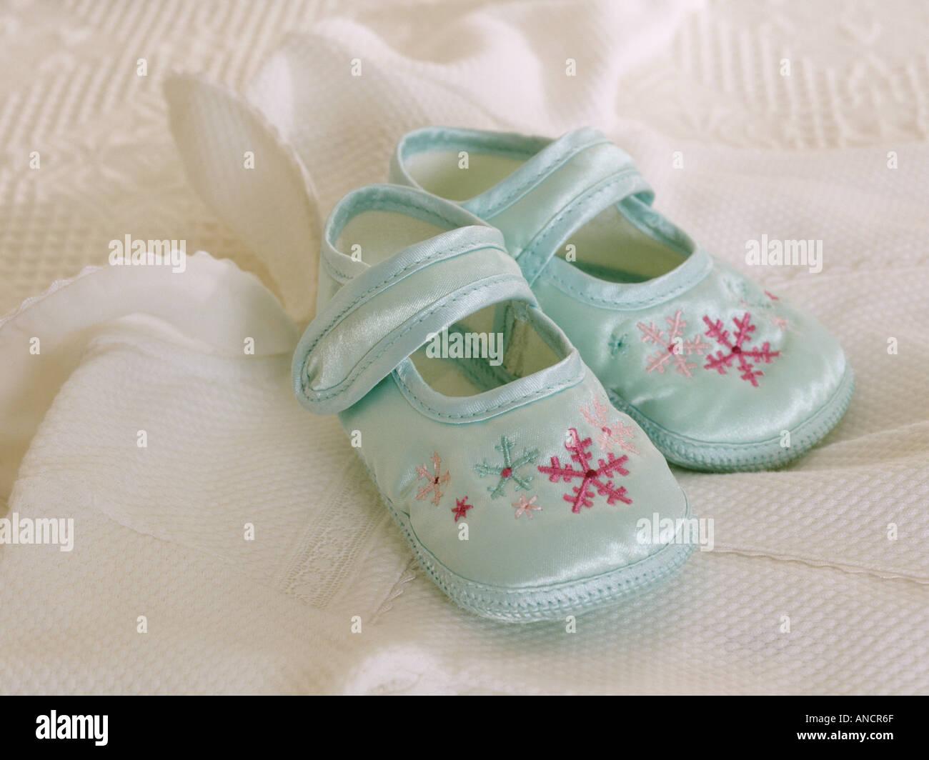 watch 527ae f207d Satin blau Babyschuhe auf weißer Baumwolle Babygrow outfit ...