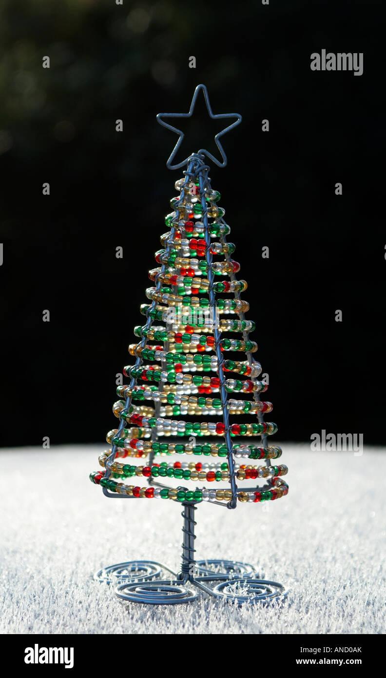 Weihnachtsbaum Dekoration mit verbogenen Kleiderbügel Draht und ...