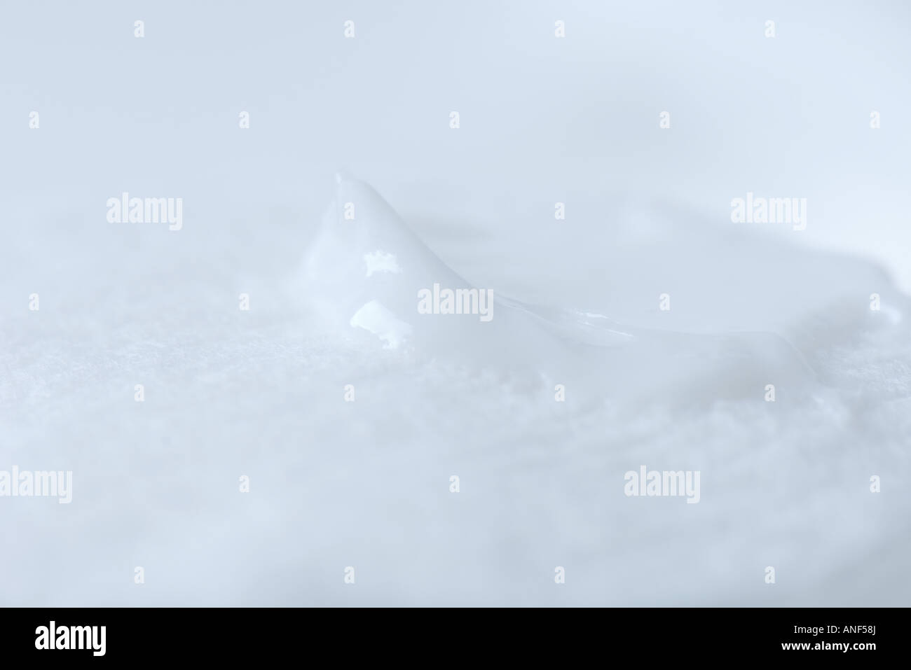 Lotion auf Wattepad, extreme Nahaufnahme Stockbild