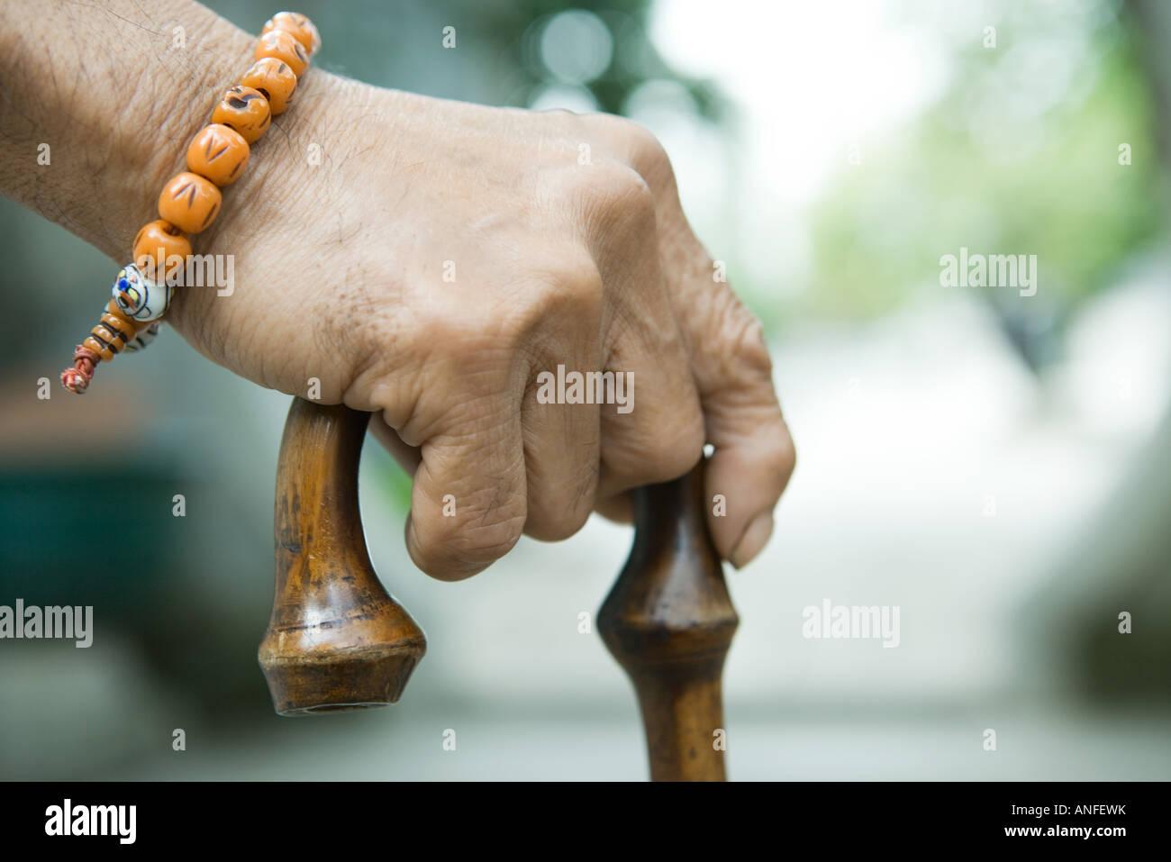 Ältere Mann Betrieb Zuckerrohr, close-up von hand Stockbild