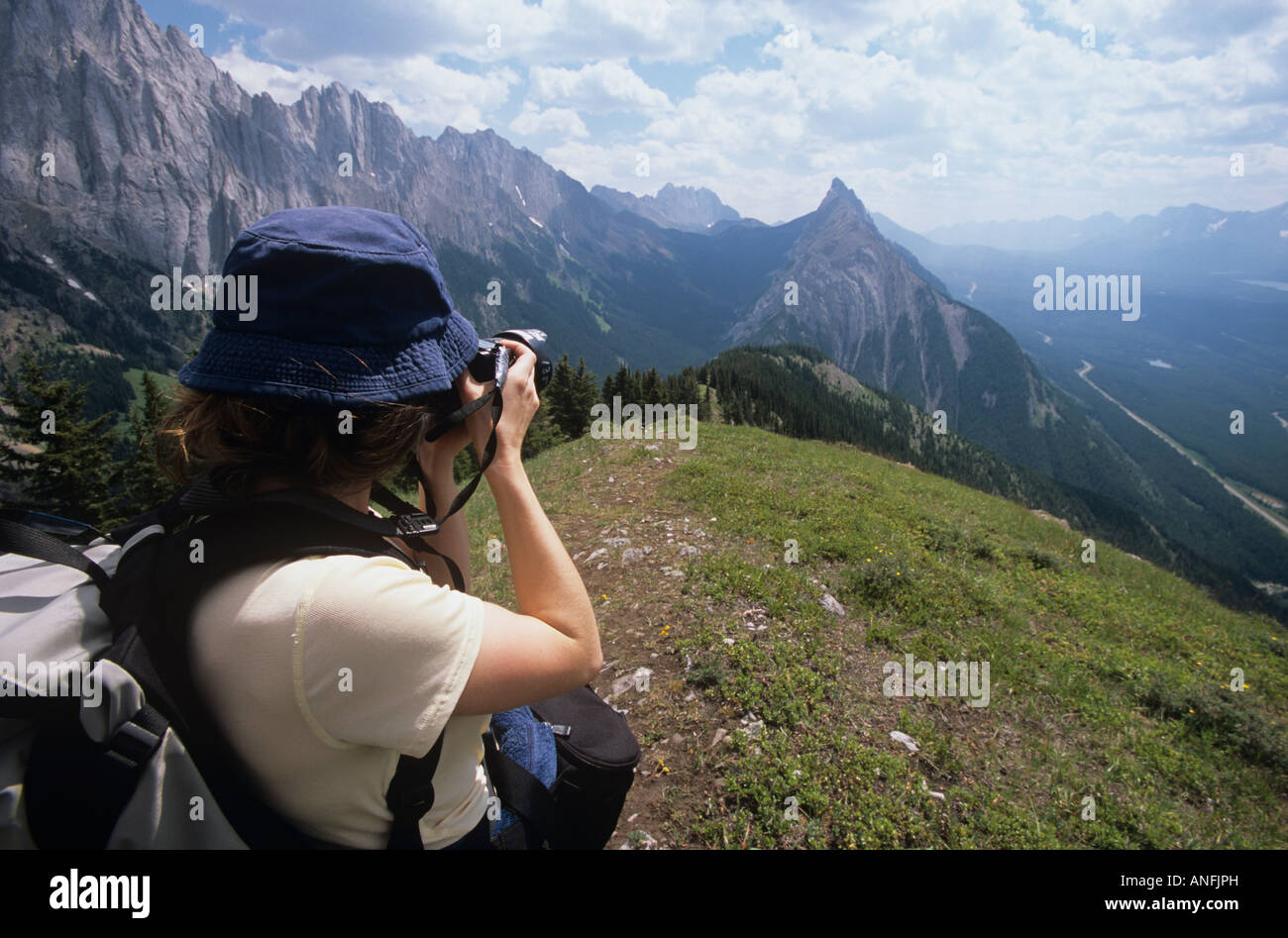 Frau ein Foto Wandern in den kanadischen Rocky Mountains, Alberta, Kanada. Stockbild
