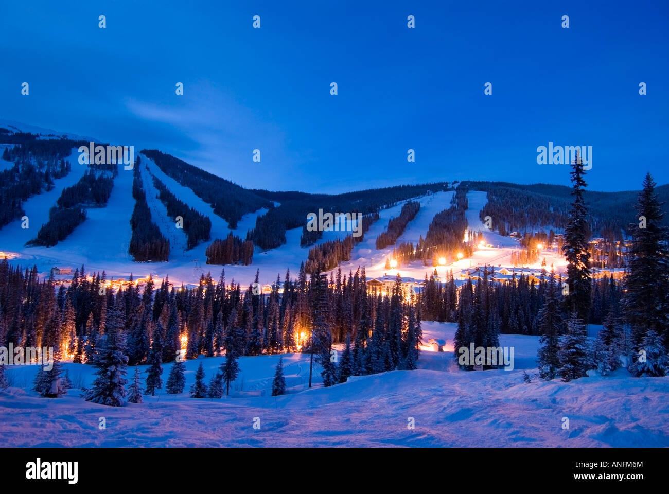 Das Dorf am Sun Peaks Ski Resort leuchtet im Abend Lichter auf den Nordhängen in der Nähe von Dämmerung, Stockbild