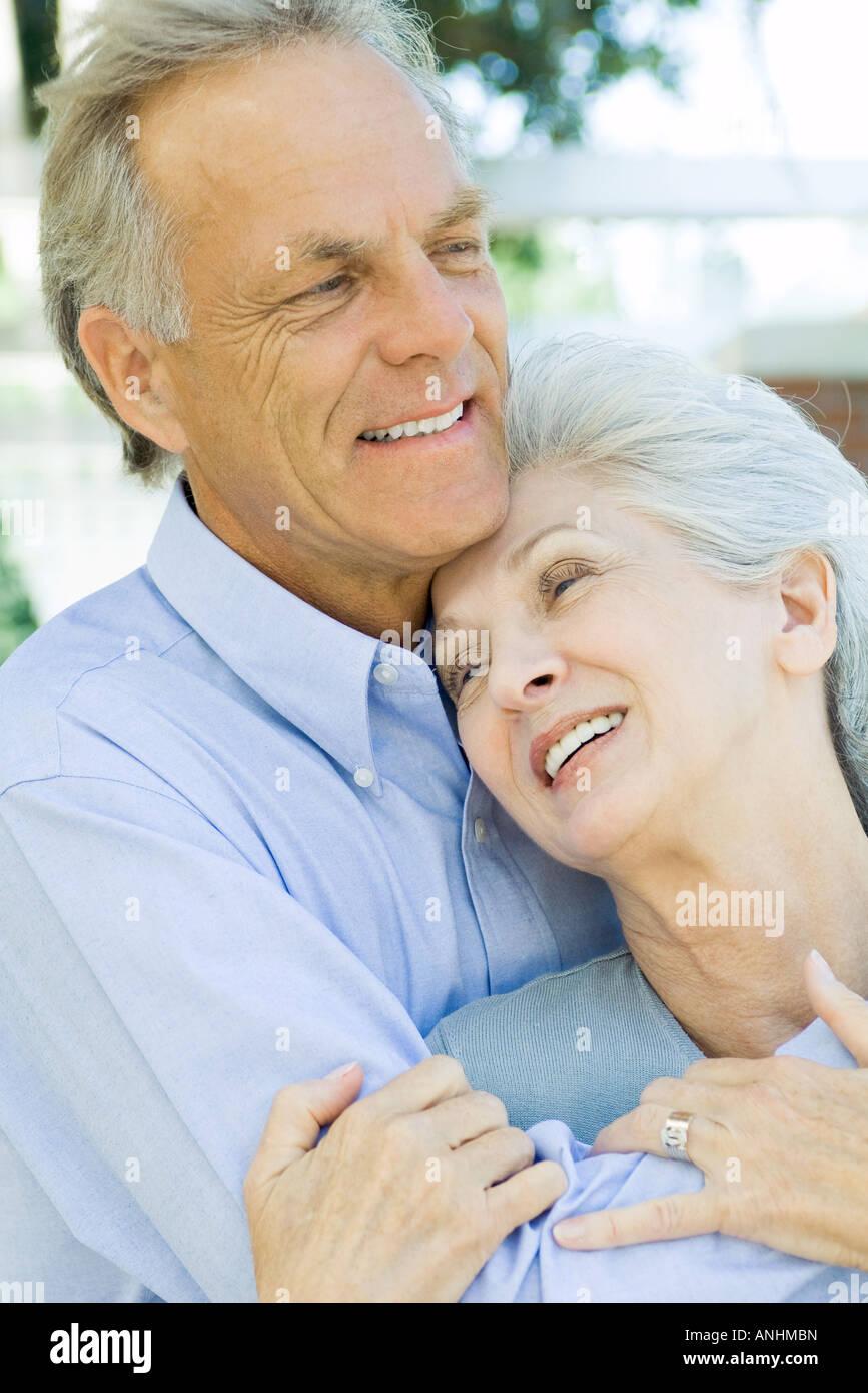 Älteres paar umarmt und lächelnd, close-up Stockbild
