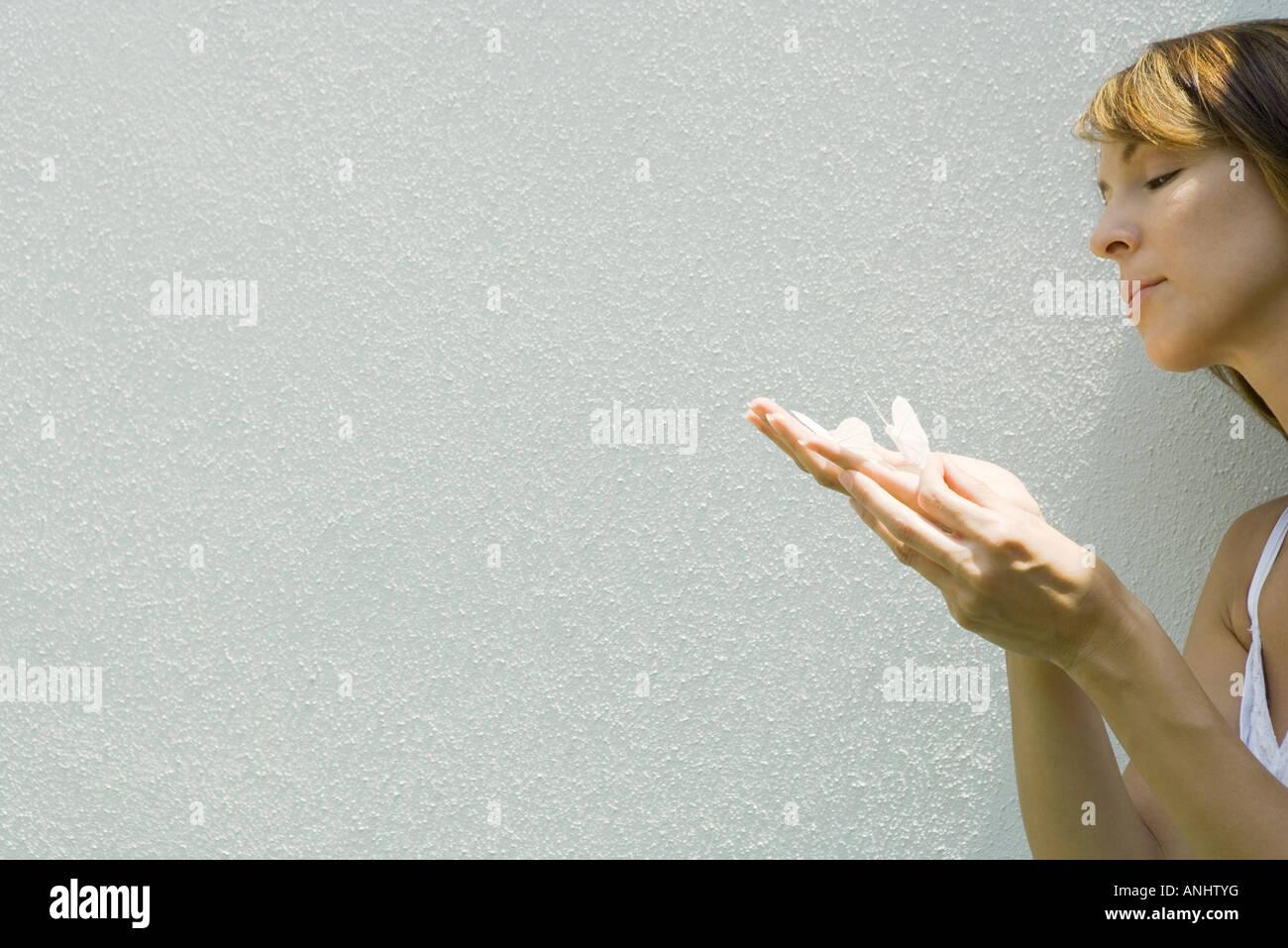Frau mit gefälschten Schmetterlinge auf Seite Stockbild
