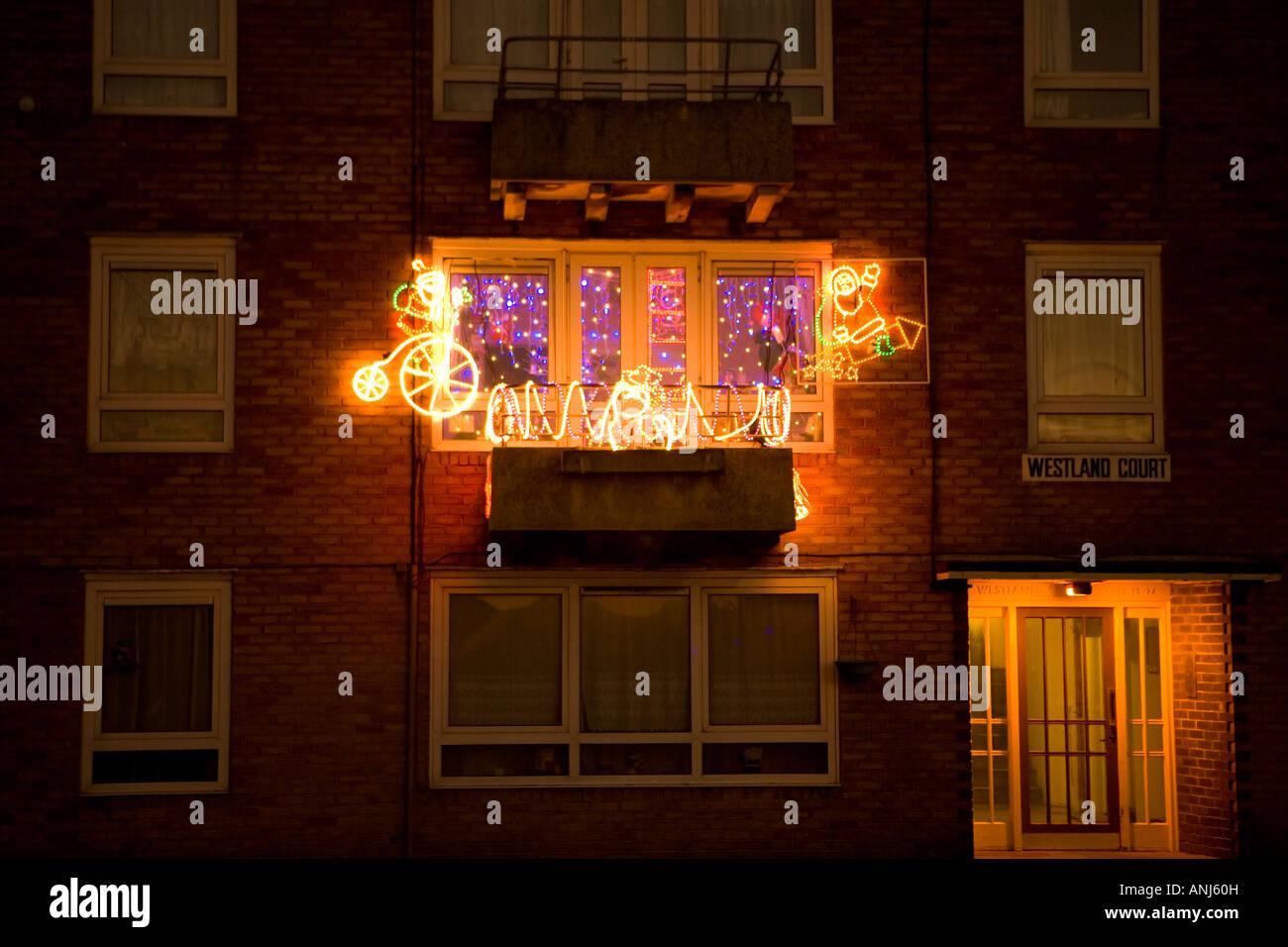 weihnachtsbeleuchtung in der nacht einen balkon in einem wohnblock dekorieren stockfoto bild. Black Bedroom Furniture Sets. Home Design Ideas