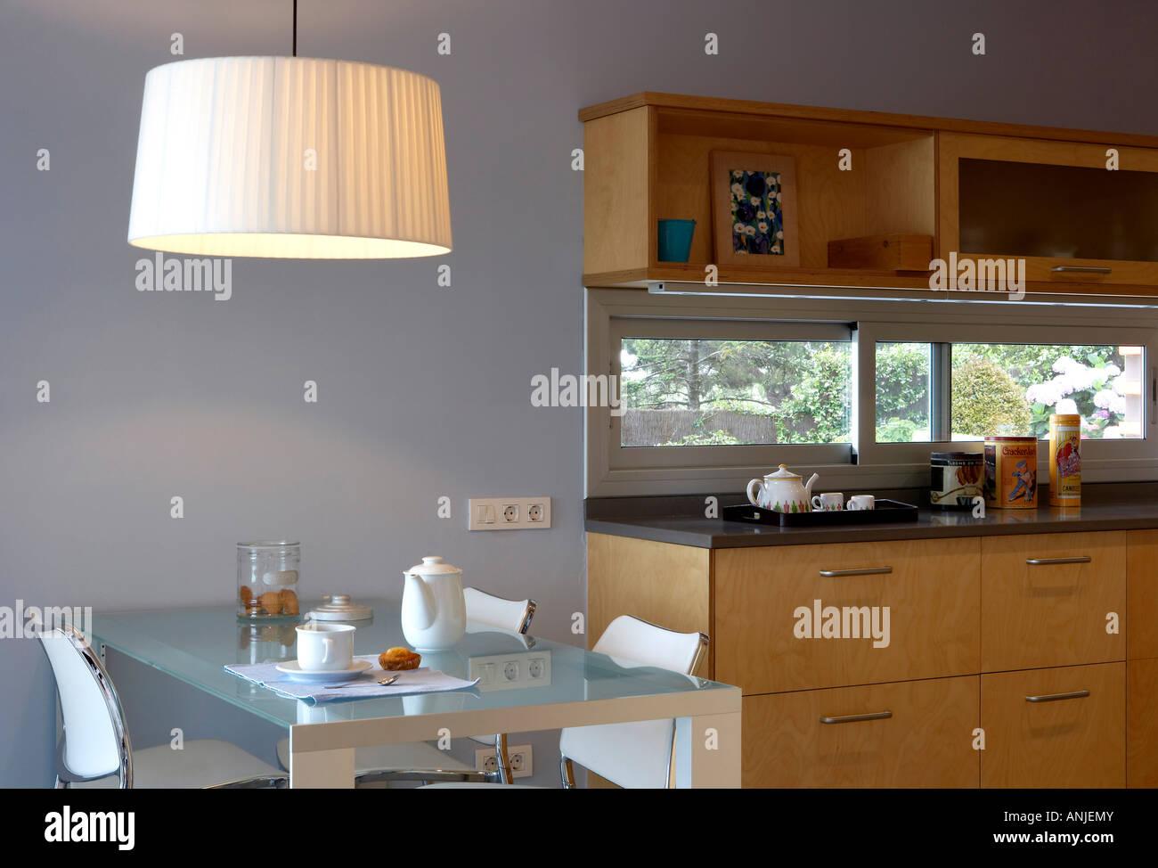 Küche mit hängende Beleuchtung über Esstisch Holzschubkästen und ...