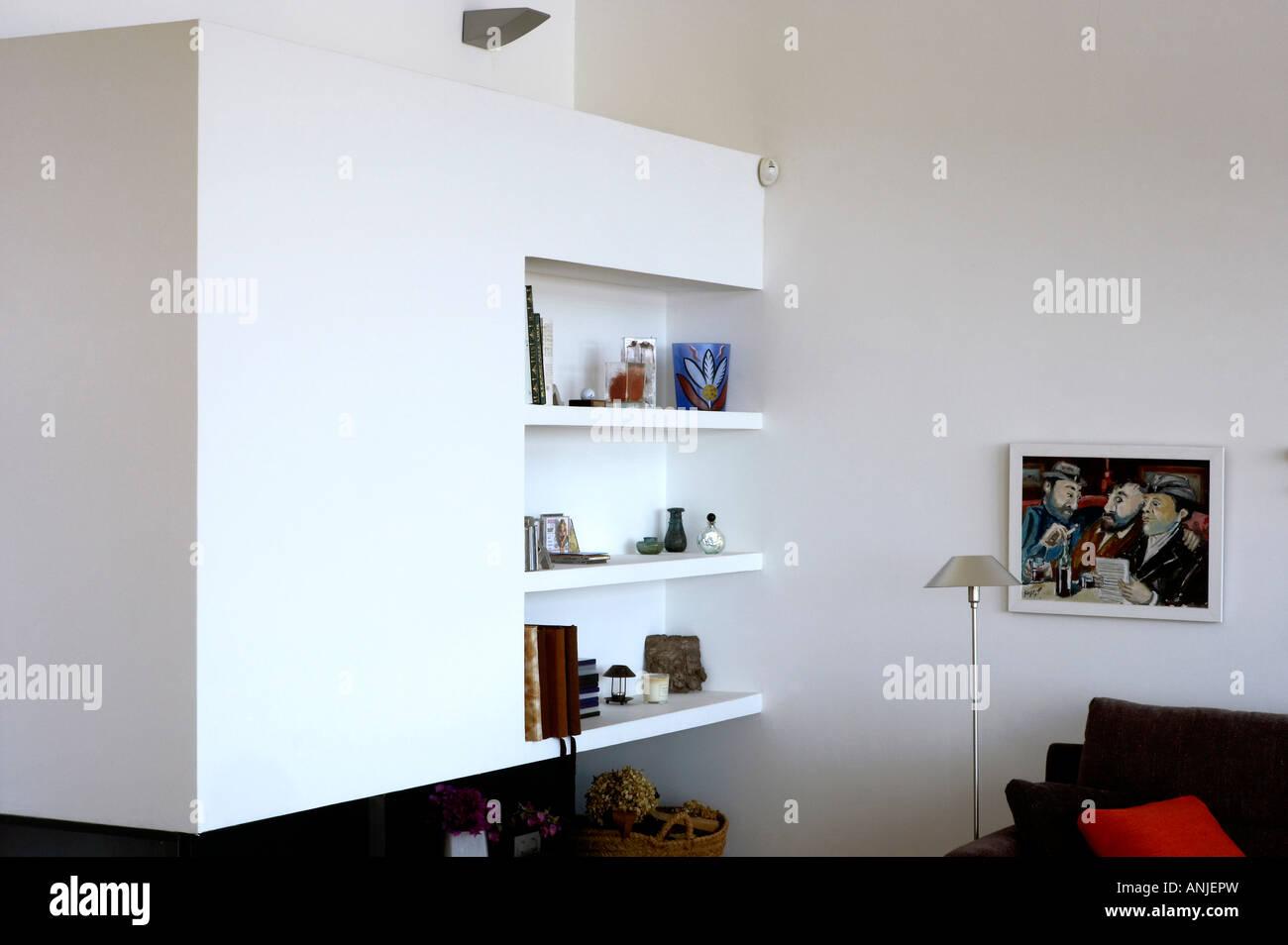 Wohnzimmer mit Regal weißen Wänden gerahmte Bild gemalt und ...