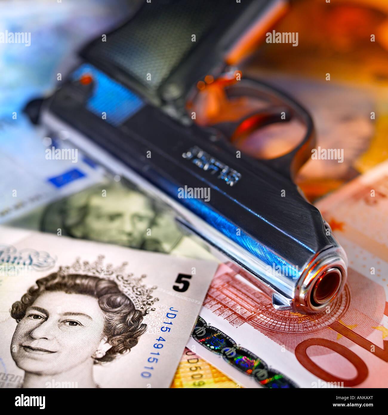 Pistole liegend über die ausländischen Banknoten Stockbild