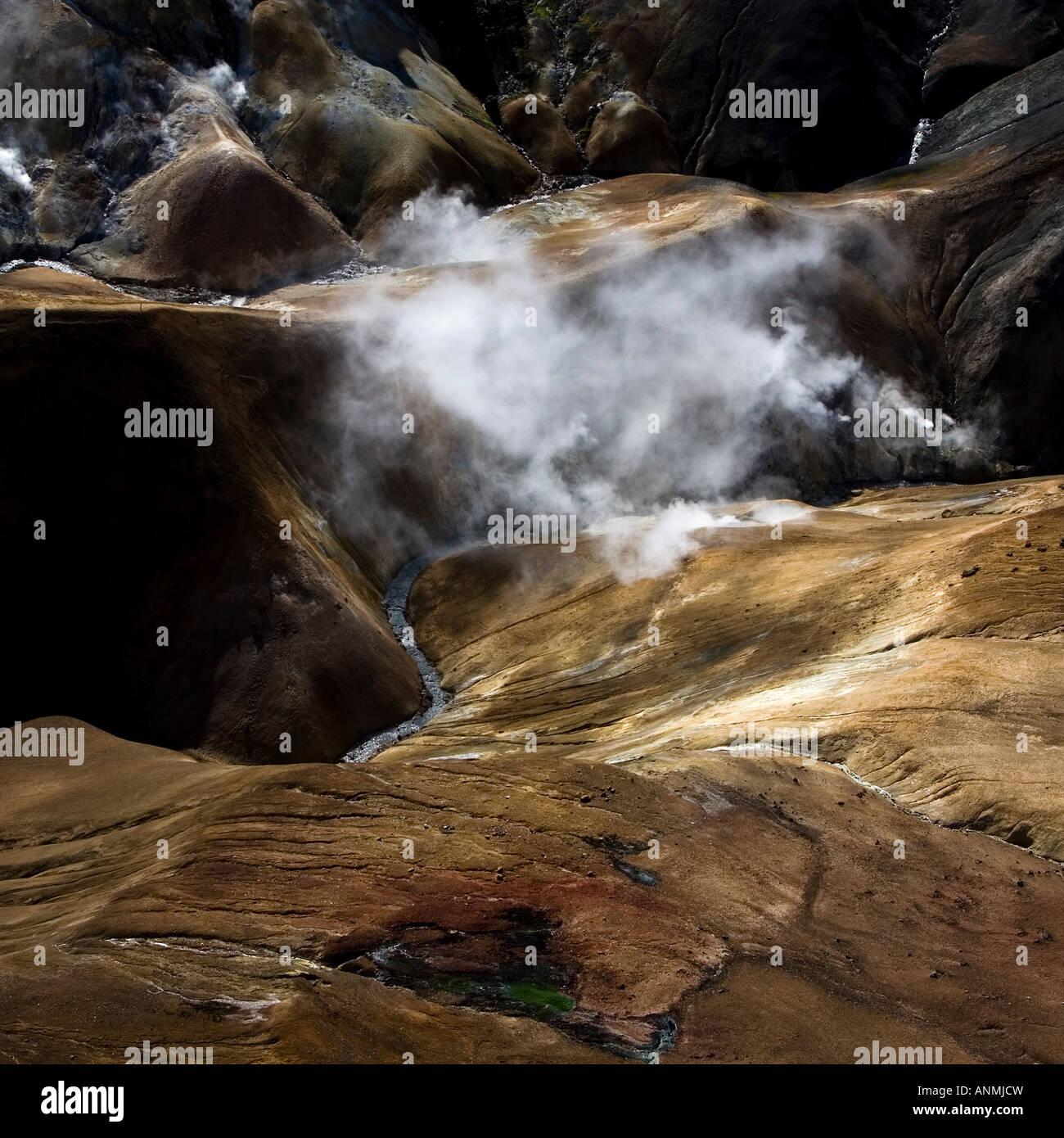 Luftbild des geothermalen Gebieten in den Bergen von Island Stockbild