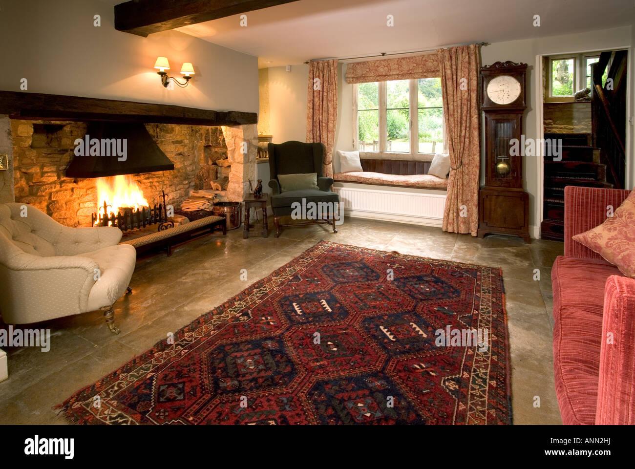 Gemütliches, traditionelles Stil Wohnzimmer, großem offenen Kamin ...