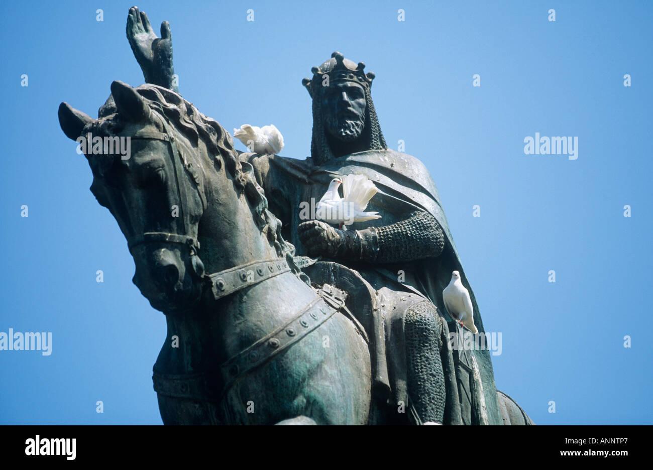 """Weiße Tauben besiedeln das Kettenhemd Rüstung auf der Statue von Jaume i. von Aragón, die von seinem Pferd in der Placa d ' Espanya Palma """"Wellenlinien"""" Stockbild"""