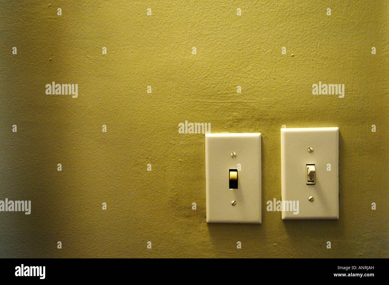 Zwei Lichtschalter auf gelbe Wand Stockfoto, Bild: 15588952 - Alamy
