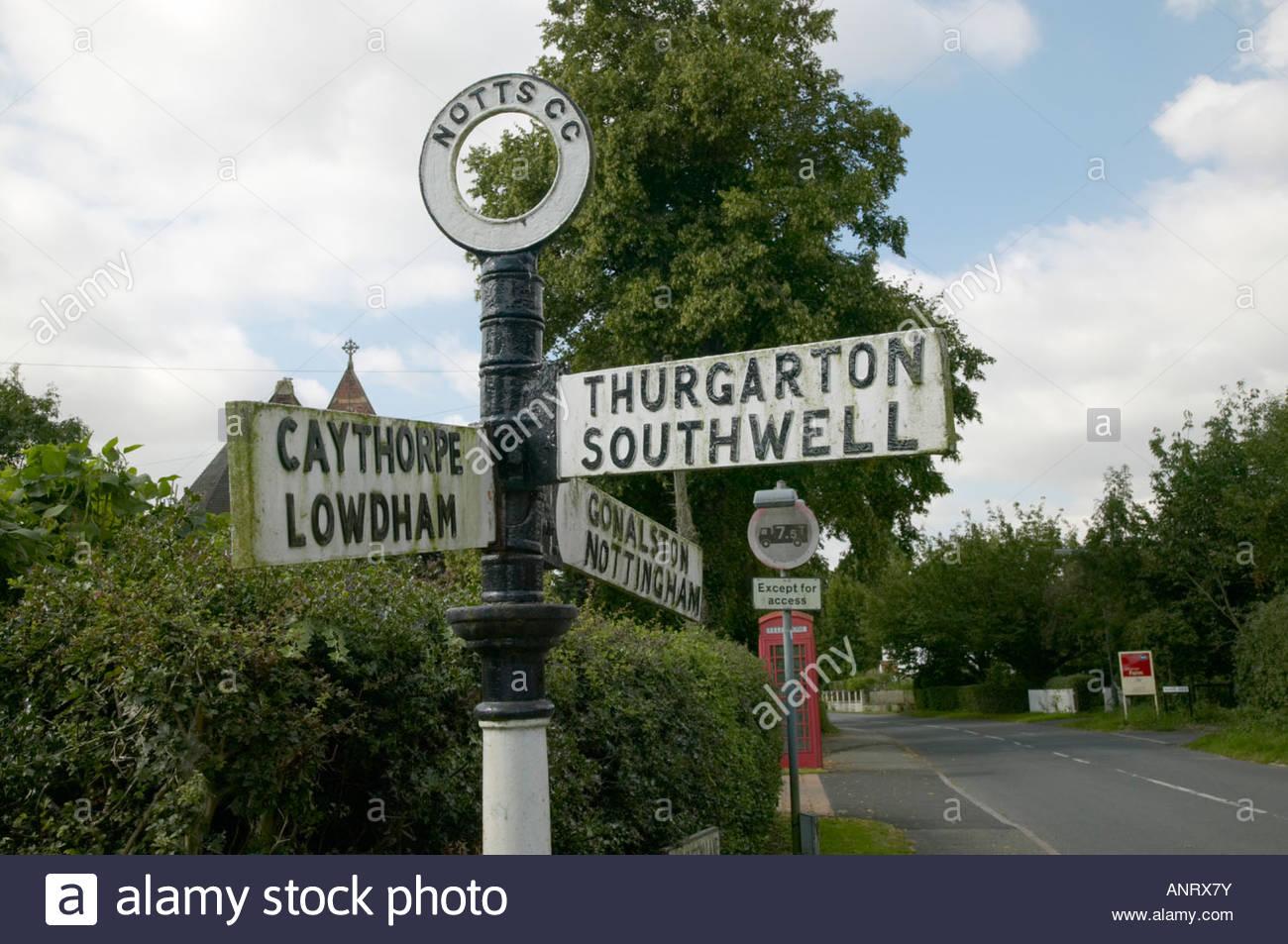 Verkehrszeichen - traditionelle Finger Post Main Street Hoveringham Dorf England Stockbild
