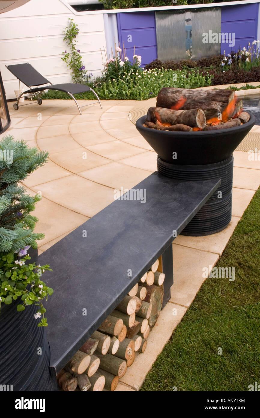 Feuerstelle Feuerstelle Mit Sitzbank Holzstapel Auf Hinterhof Garten Patio  Feuer Zu Speichern
