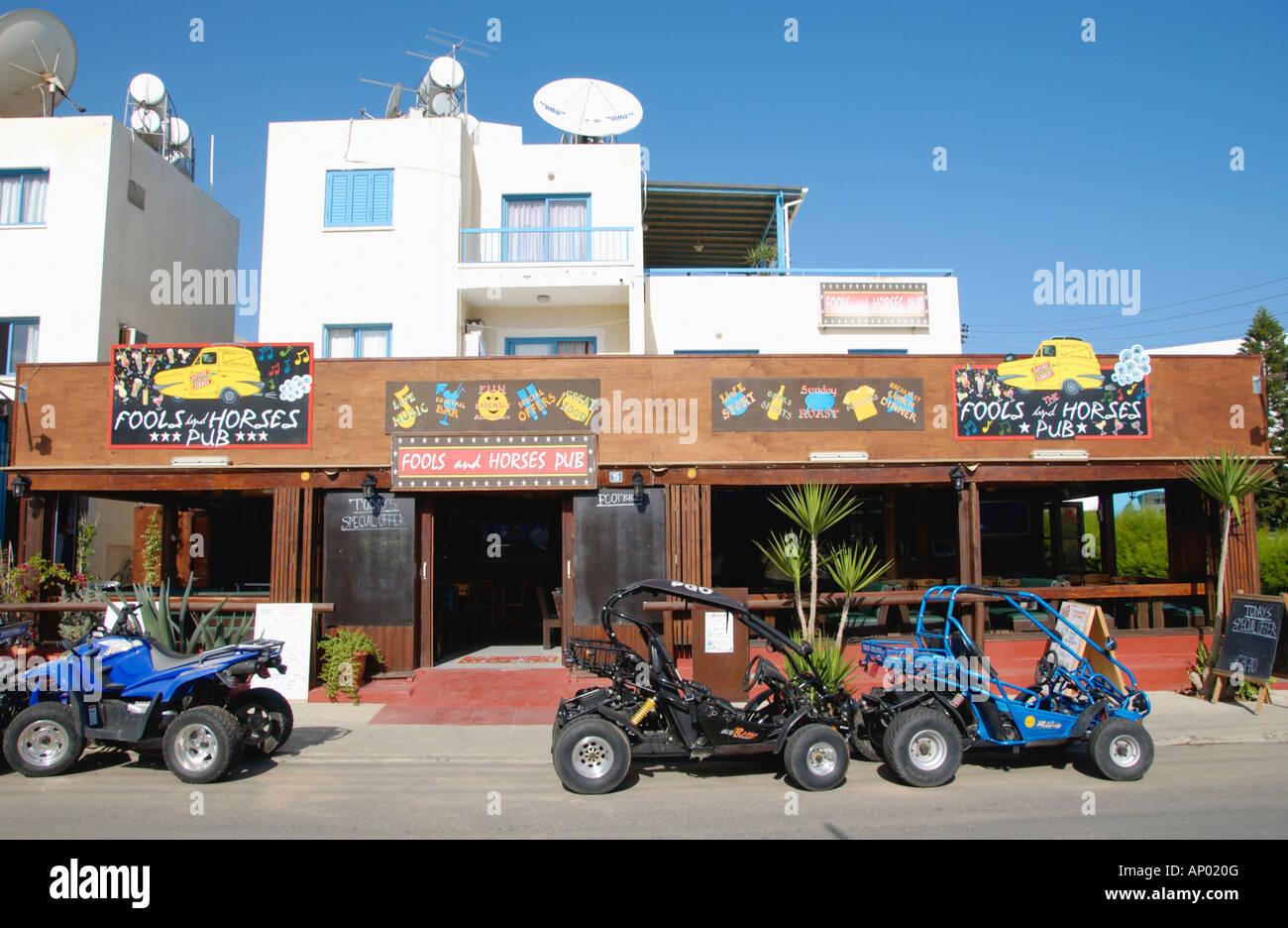 Narren und Pferde PUB in Pernera auf der Mittelmeer Insel Zypern EU mit Quads mieten außerhalb Stockbild