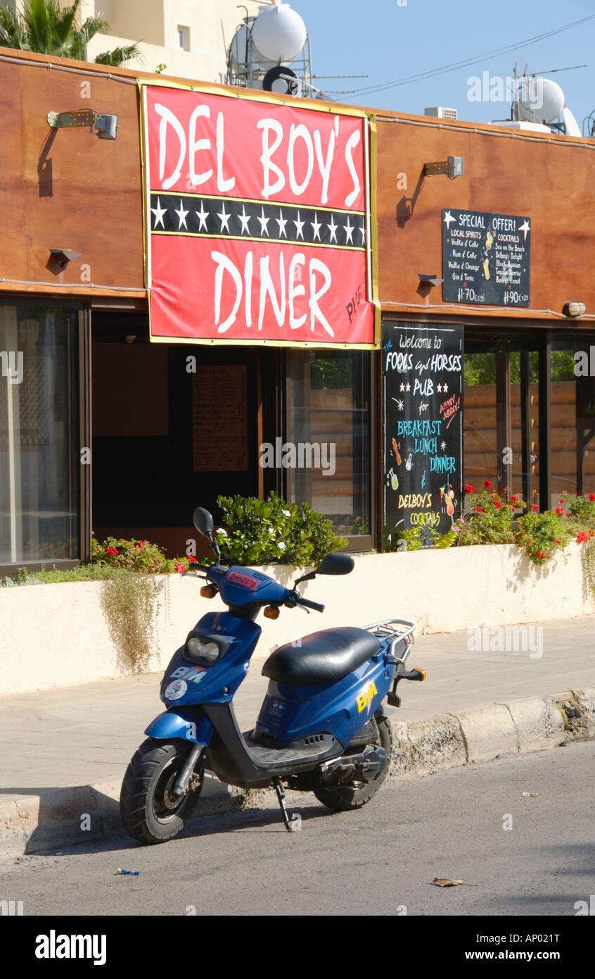 DEL BOYS DINER in Pernera auf der Mittelmeer Insel Zypern EU mit Scooter außerhalb Stockbild