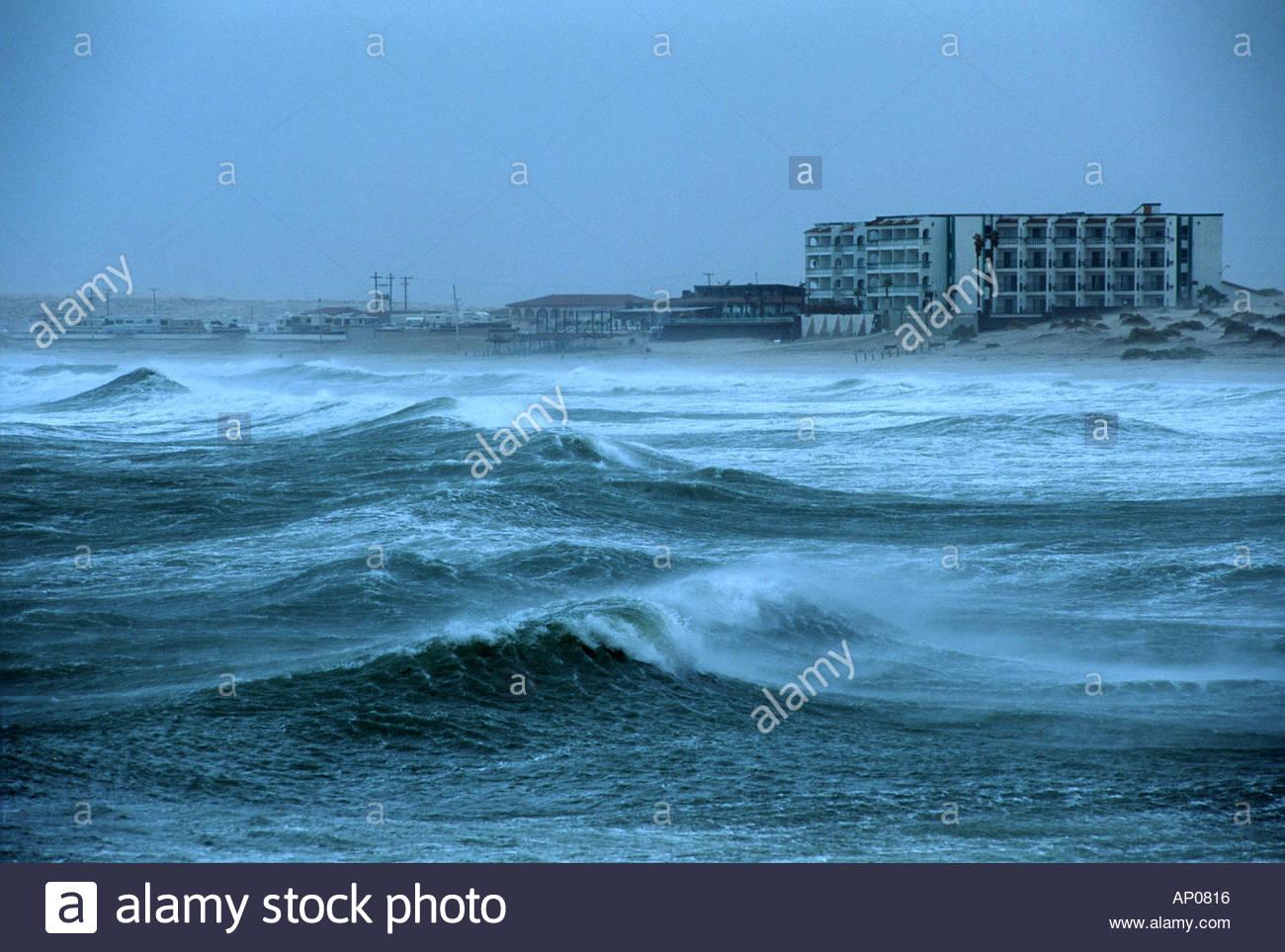 Wellen am Strand zum Absturz, wie Hurrikan Nora nähert sich der Küste von Rocky Point Mexiko mit vorderen Strandhotels in der Ferne Stockbild